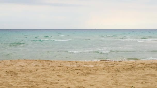 Sandy moře pobřeží v oblačném počasí a vln lapování na pláži a tvořit bílá pěna