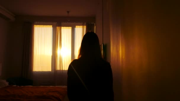 Krásné ráno scéna s ženou k okna a otevření záclony