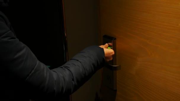 žena otevřít dveře hotelu s kartou klíčem a ozvěte se