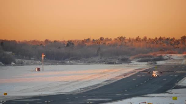 Düsenflugzeug startet von der Landebahn des Flughafens Sonnenuntergang, Sonnenaufgang 4k ultrahd