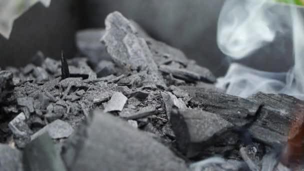Detail kouř stoupající z uhlí, používané v gril