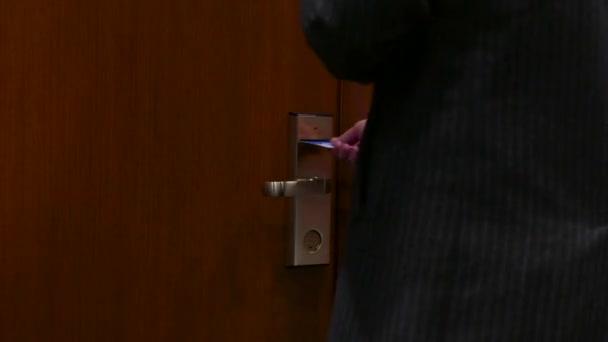 podnikatel otevřít dveře s kartou - vstup do hotelového pokoje