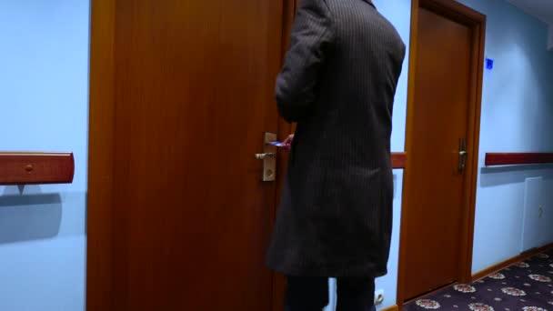 podnikatel vstupu do hotelového pokoje, otevřete dveře s kartou