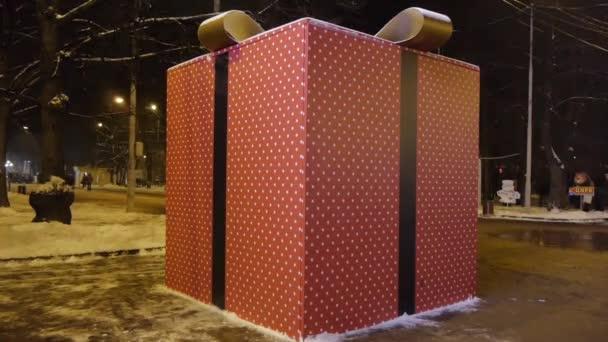 Obrovský dárkový balíček na ulici