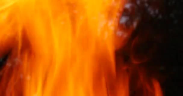 Světlé, intenzivní výbuch ohně, super uzavřít, s fragmenty vypalování