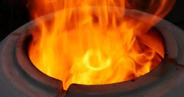 Světlé, intenzivní výbuch ohně z Tandooru