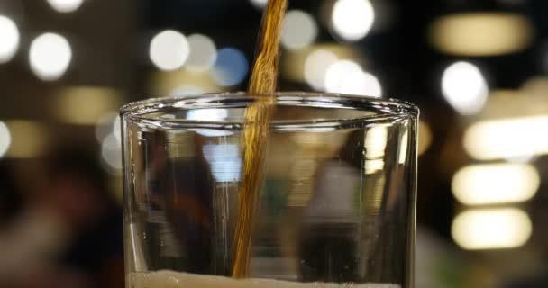 Lití cola nápoj do skla closeup