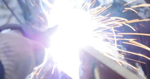Dělníci, broušení a svařování v továrně. Svařování na průmyslový závod. Zpomalený pohyb
