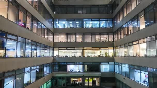 08d77b36b0cf Kicsinyítés idő telik el a forgalmas városi irodai dolgozók együtt nagy  modern irodaház– stock felvétel