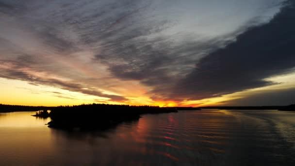 Krásný západ slunce na moři, úžasné barvy, světelný paprsek svítí skrz závojem mračen