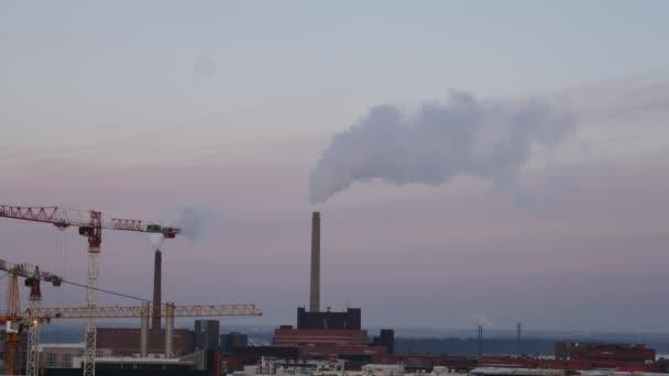 továrna potrubí s kouřem v zimě