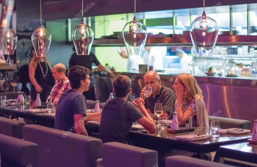 offene Küche restaurant — Redaktionelles Stockfoto © dnaveh #85656370