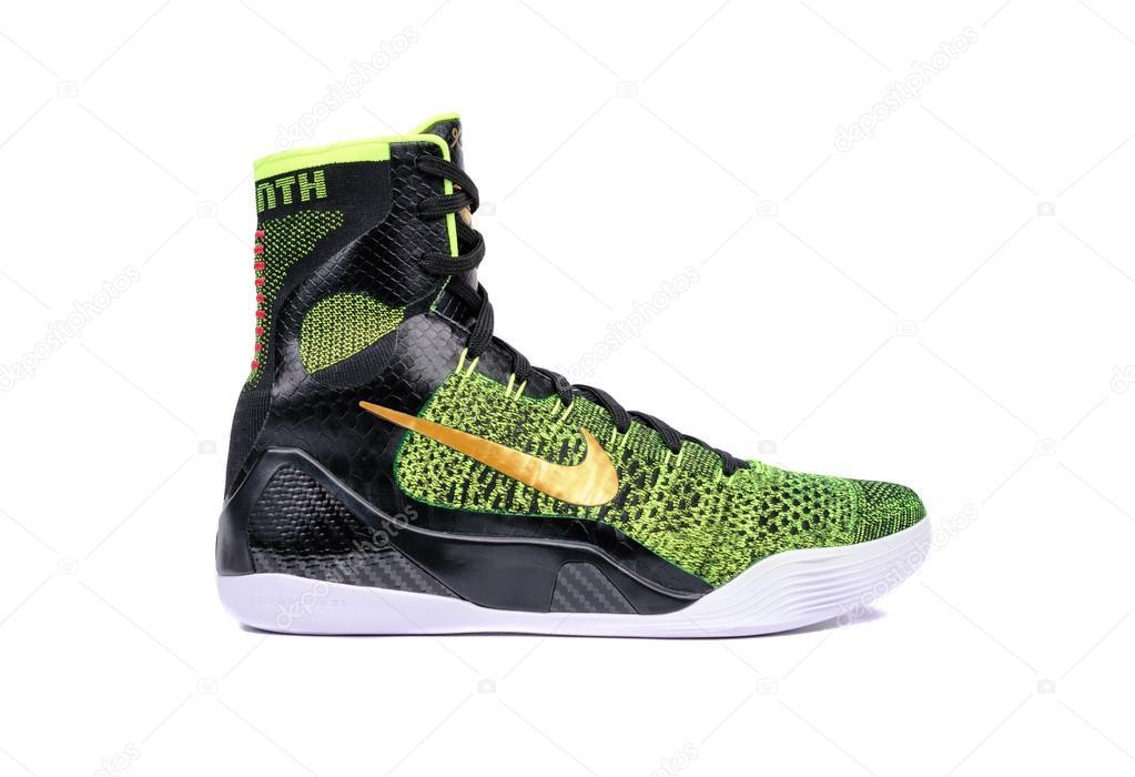 6e03b28d65c Nova York - 15 de dezembro de 2015  Uma ultra moderno verde de alta-top Nike  Kobe Ix Elite vitória e preto flyknit tênis sapato de basquetebol