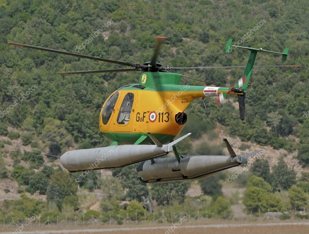 Elicottero Nh500 : Elicottero della polizia finanziaria in volo — foto