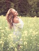 szőke lány mező