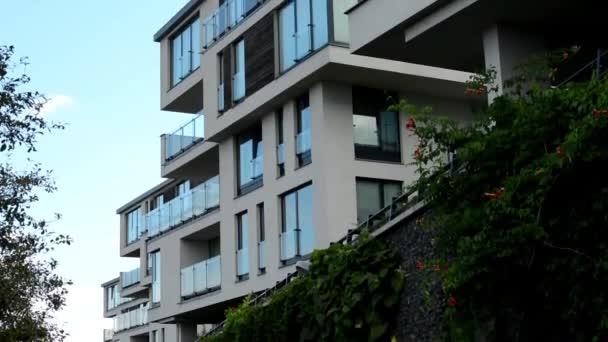 modernes Gebäude - Balkon - Fenster - blauer Himmel - Zaun mit Natur