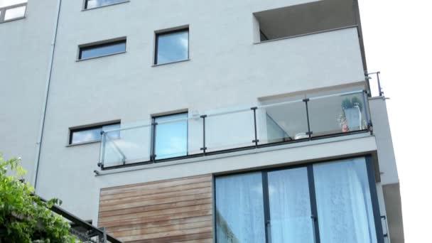 moderní budova - balkón - windows - sky - plot s přírodou