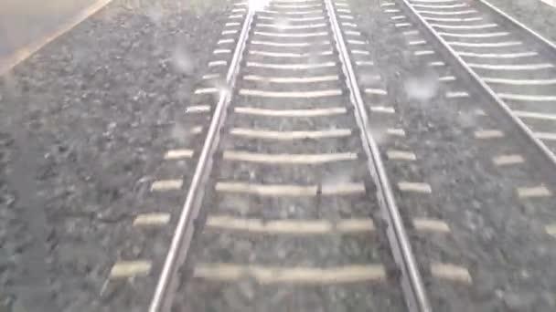 tramvaj nebo vlakem - železniční trať (trať nebo železniční) - kameny - silnice a chodník - pohyb - kapky vody na okně
