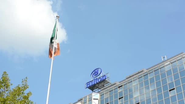 olasz zászló - kék ég - napos - szálloda (épület) hilton - zöld fa