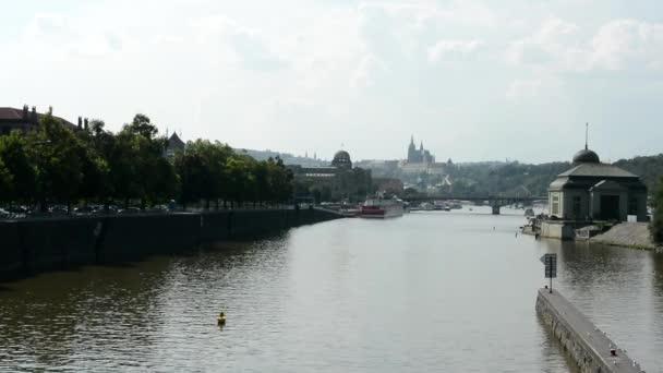 Praha, Česká republika - Pražský hrad (Hradčany) - řeka vltava s městem - odraz ve vodě - Příroda (stromů) - most s auty