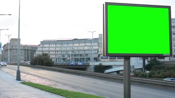 Billboard ve městě poblíž silnice - fabion - budování a předání auta v pozadí