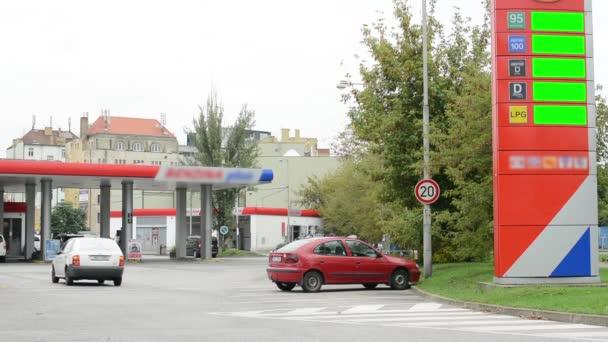 palivové stanice - aut a lidí - stromy - informační panel s cenami pohonných hmot - zelená obrazovka