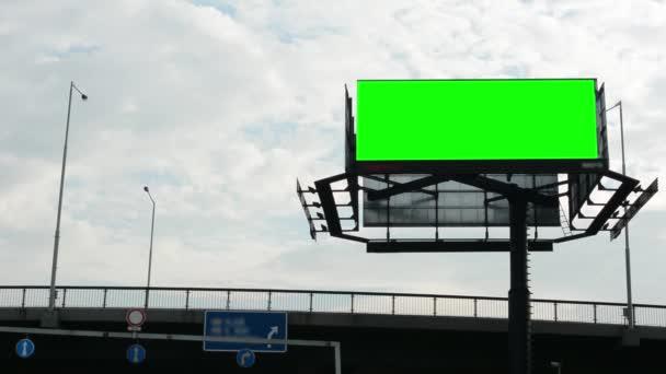 Billboard ve městě poblíž silnice - fabion - budovy v pozadí