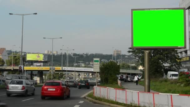 Billboard ve městě poblíž silnice a budovy - fabion - lidé s auty