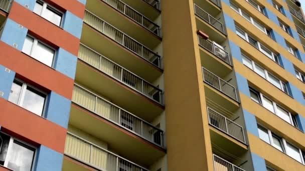 Modernes Gebäude (Appartements - Wohnungen) - Balkon - Fenster - blauer Himmel