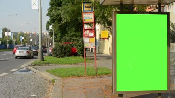 Autobusová zastávka - billboard - zelená obrazovka - ve městě poblíž silnice a budovy