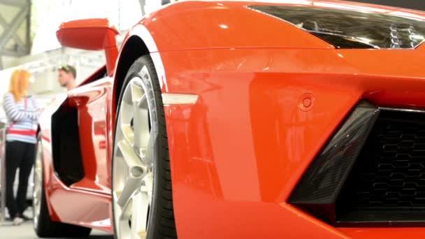 Rychlé auto luxusní (vnější) - lidé na výstavě - Lamborghini - Aventador
