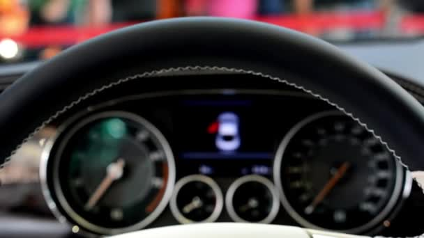 Speedometer and detail of logo (wheel) - Bentley (interior)