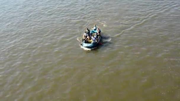 Skupina mladých lidí na palubě a pádlování - kanoistika - řeka Vltava