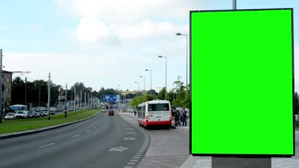Billboard ve městě poblíž silnice a budovy - fabion - lidé s automobily - příroda a autobusová zastávka