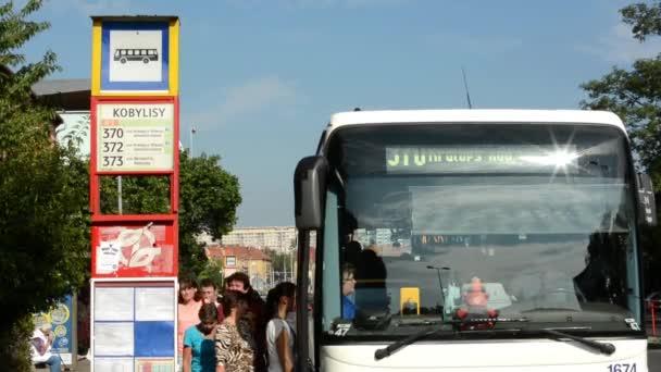 Emberek kap a buszon (queue) - ingázó emberek - timelapse - buszmegálló - utca