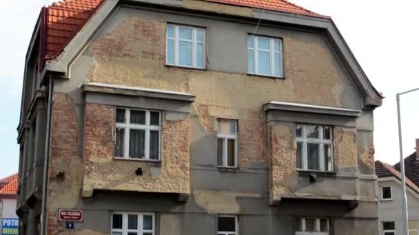 Starý dům (budova) - zaparkovaná auta