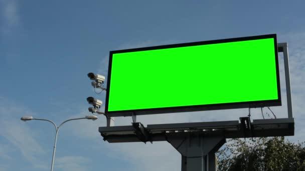 Informace billboard v městě poblíž silnice - fabion - bezpečnostní kamery