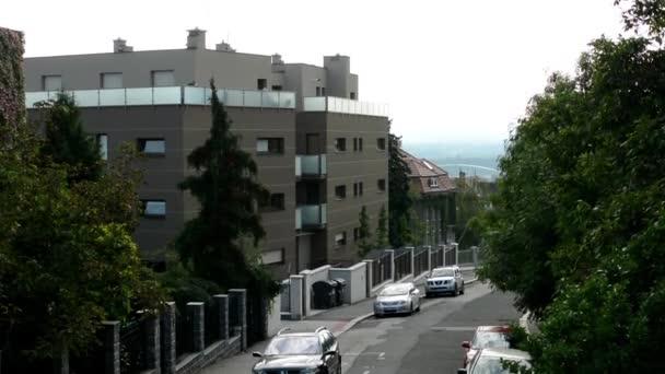 Urban street s automobily - stromy a budovy - parkoviště