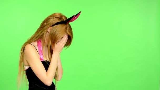 Fiatal nő erotikus - zöld képernyő - portré - szexi modell flörtöl - stúdió - nő sír