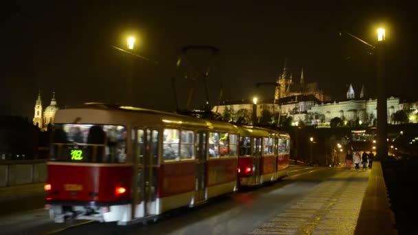 Noční město - noční městské ulice - Pražský hrad s most - aut a tramvají - chodící lidé - Praha, Česká republika