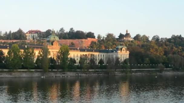 Vládní budova - vládní kancelář - řeka se stromy (příroda) - ráno