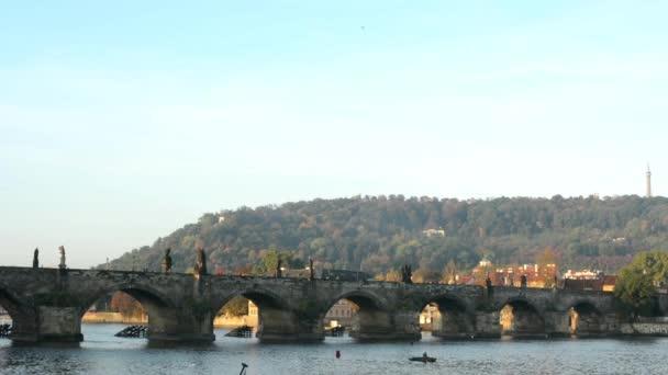 Karlův most s parkem (Les) - loď s Českou vlajkou