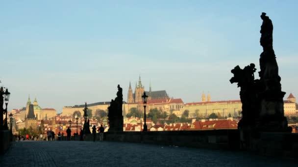 Karlův most s lidmi - sunrise - město - budovy se sochami - Prague castle (Hradcany)