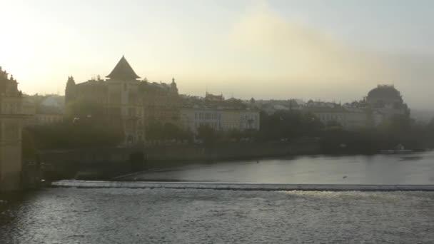 Město (Praha, Česká republika) - řeka Vltava - sunrise - městské stavby - most s automobily - ranní mlha - ptáci