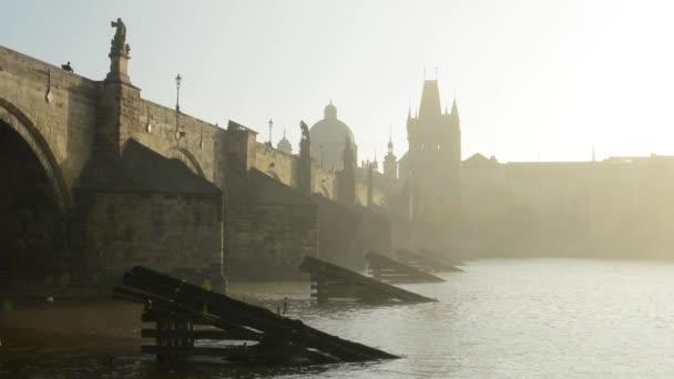 Karlův most - Praha, Česká republika - město - řeka Vltava - sunrise - ranní mlhy