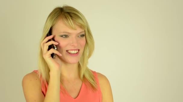 Mladá atraktivní žena telefon - studio - detail