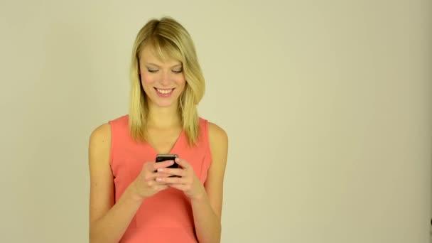 junge attraktive Frau arbeitet am Handy (Smartphone) - schreibt eine Nachricht