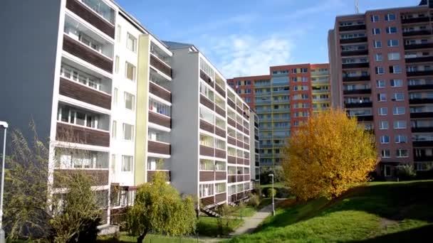 High-vzestup blok bytů - sídliště (rozvoj) s přírodou (tráva a stromy) - Sky