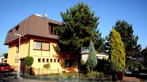 Külső ház a város - városi street - természet (fák) - kék égen