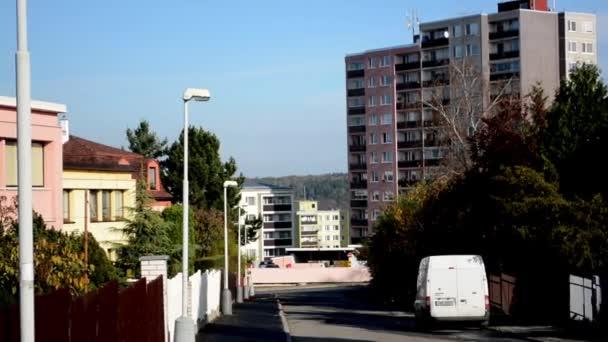 Stadtstraße - Häuser im Außenbereich - Natur und Auto - blauer Himmel